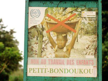 Un cartel certifica que no hay niños trabajando en el cultivo del cacao.