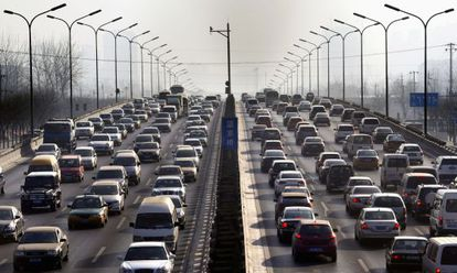 Tráfico en una carretera en Pekín (China).
