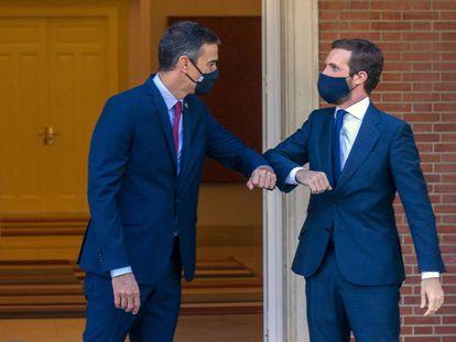 Pedro Sánchez y Pablo Casado se saludan este miércoles antes de comenzar la reunión en La Moncloa.