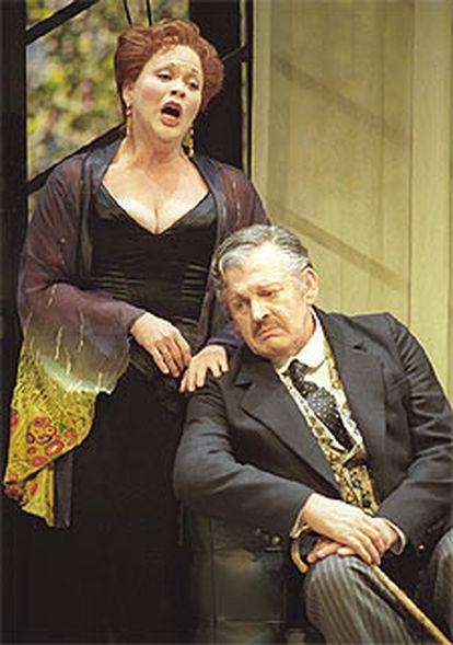 Pamela Armstrong y sir Thomas Allen, en una escena de <i>El murciélago</i>.