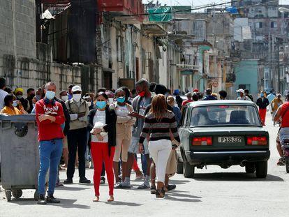 Algunos cubanos hacen fila para comprar alimentos en La Habana, Cuba.