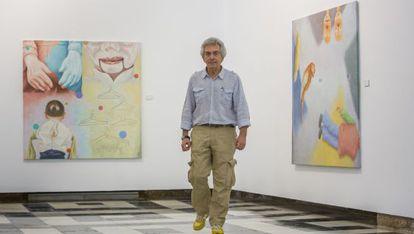Chema Cobo entre sus obras 'Speek spook' (izquierda) y 'Words are overrated', en Cádiz.