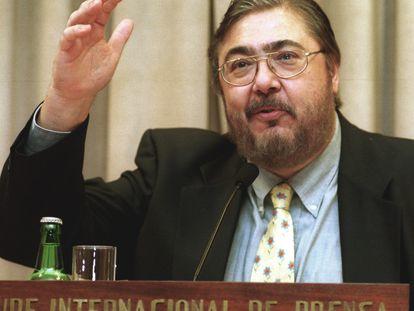 Antonio Franco durante las conferencias 'Los desafíos de la comunicación en la sociedad del nuevo siglo' en Santiago, en diciembre de 2000.