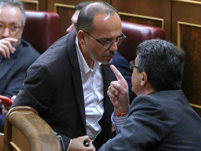 Carles Campuzano (PDeCAT) y Juan Jose Matari (PP) durante el pleno de ayer en el Congreso de los Diputados.