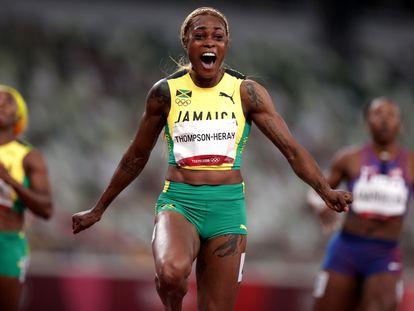 La jamaicana Elaine Thompson-Herah celebra su victoria en la final de los 100m, en la que ha logrado un nuevo récord olímpico.