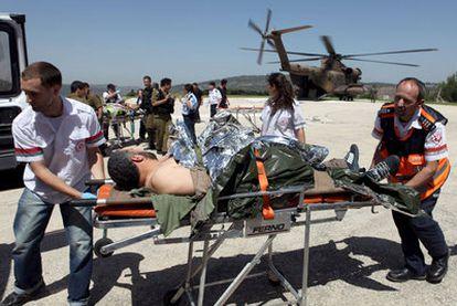 Traslado de uno de los heridos a un hospital de Jerusalén, tras llegar a Israel en helicóptero.