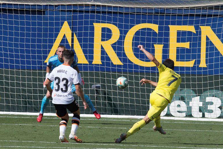 Gerard Moreno, tras volear ante Cillesen este domingo en La Cerámica en el partido entre el Villarreal y el Valencia.