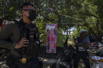 Un policía de Coahuila camina en el campamento de migrantes haitianos en Ciudad Acuña (Coahuila), este jueves.