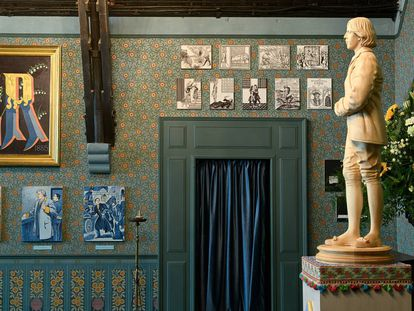 La estatua de madera que han levantado los artistas McGough & McDermott en el altar de una vieja capilla de Londres.