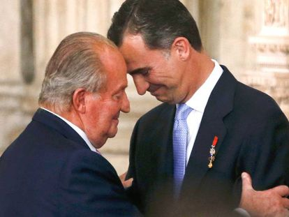 Los reyes Juan Carlos y Felipe, en la ceremonia de abdicación del primero, el 2 de junio de 2014 en el Palacio Real.