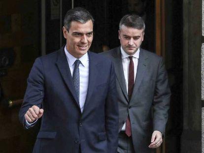 Iván Redondo sale del Congreso siguiendo a Pedro Sánchez.