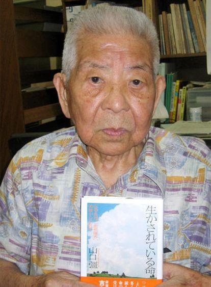 Tsutomu Yamaguchi, 93 años, posa en el Ayuntamiento de Nagasaki.