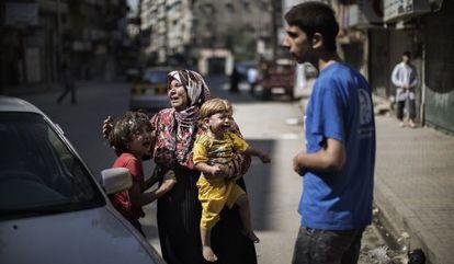 Una familia lamenta el bombardeo de Sheikh Fares (Alepo).