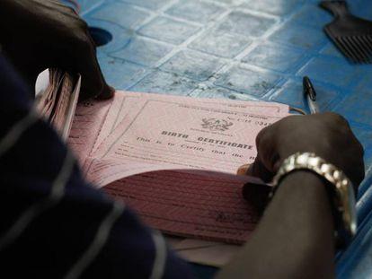 Un certificado de nacimiento, fundamental para mantener un control del censo.