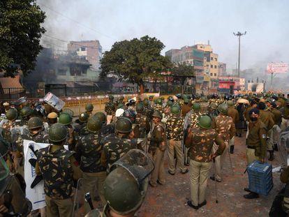 Disturbios en el barrio de Bhajanpura, en Nueva Delhi, el lunes.