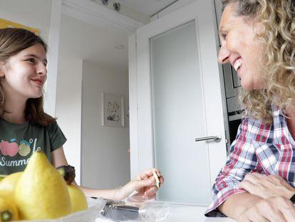 María y Teresa charlando en la cocina mientras meriendan