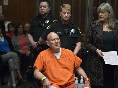Joseph James DeAngelo, policía retirado de 72 años, ante el tribunal que le juzga por asesinato.