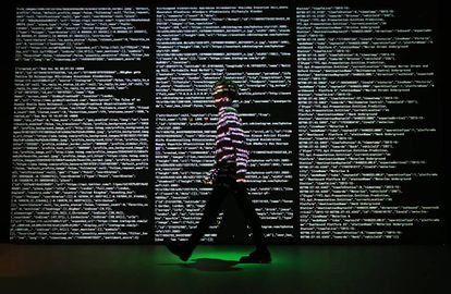 Proyección de datos de Twitter, Instagram y Transportes de Londres a cargo del estudio Tekjia para la exposición Big Bang Data en Londres en 2019.