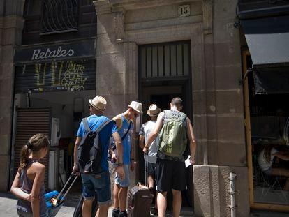 En la imagen un grupo de turistas entrando en un piso turístico en el centro de Barcelona.