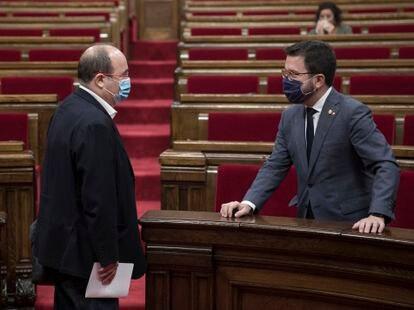 Pere Aragonès hablando con Miquel Iceta en el Parlament.