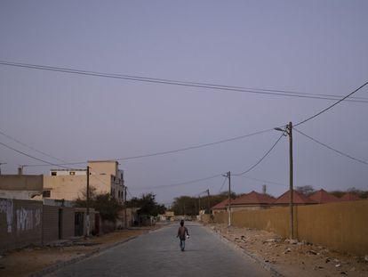 Un niño pasea por una calle solitaria en Sant Louis (Senegal).