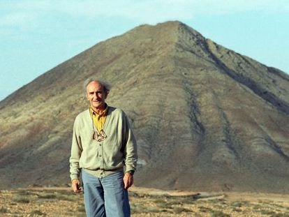 Eduardo Chillida frente a la montaña de Tindaya en una imagen de 1996.