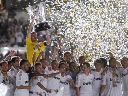 Casillas alza el trofeo de Liga ante sus compañeros.