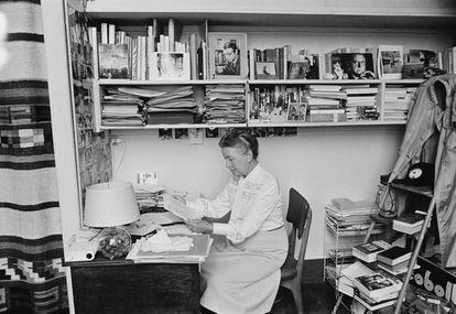La escritora Simone de Beauvoir leyendo en su apartamento en París, 1968.