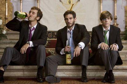 En la película 'Primos' (2011), Raúl Arévalo, Quim Gutiérrez y Adrián Lastra aprenden lo que es llevar una buena moña encima.