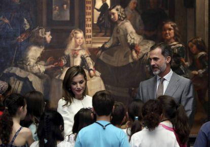 Los Reyes conversan con grupo de escolares en el Museo del Prado.