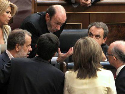 Rubalcaba, Zapatero y otros diputados en el pleno que aprobó la reforma, el 9 de septiembre de 2011.