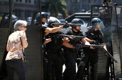 Policías disparan pelotas de goma contra los manifestantes.