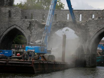 Maquinaria pesada derriba el Puente de los Agujeros de Tournai (Bélgica), construido en el siglo XIII.