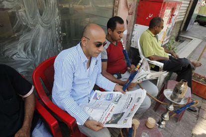 Egipcios en una cafetería en El Cairo leen las noticias sobre la salud del depuesto dictador Hosni Mubarak.