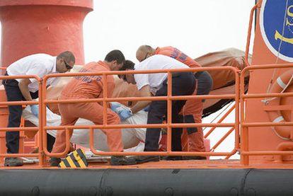 Miembros de Salvamento Marítimo trasladan uno de los cadáveres recuperados.