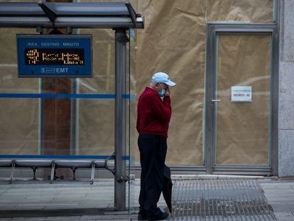 Un hombre espera al autobús en la Gran Vía de Madrid, el 25 de septiembre.