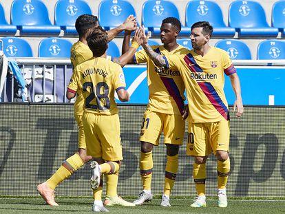 Ansu y Riqui festejan un gol frente al Alavés junto a Messi y Suárez.