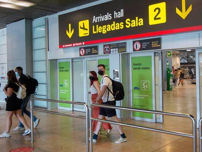 Pasajeros llegan al aeropuerto de Madrid-Barajas, el 9 de julio pasado.