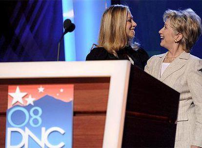 La senadora por Nueva York, Hillary Clinton, junto con su hija Chelsea, hoy en el palacio de congresos de Denver en el que se celebra la Conveción Demócrata