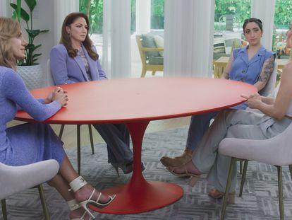 De izquierda a derecha, Lili Estefan, Gloria Estefan, Emily Estefan y Claire Crowley durante una grabación de 'Red Table Talk: The Estefans'.