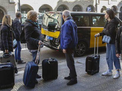 Un grupo de turistas en el acceso de un hotel en la Via Laietana de Barcelona.