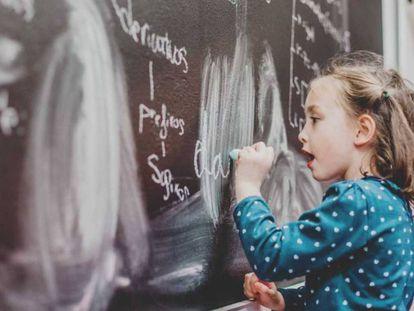 Una niña en clase de Lengua.