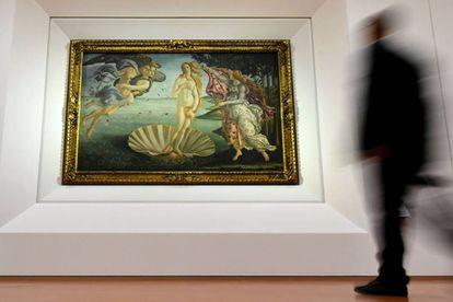 Un hombre contempla 'El nacimiento de Venus'.