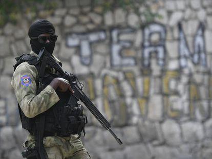 Un policía vigila el lugar donde fue asesinado el presidente haitiano Jovenel Moïse en Puerto Príncipe.
