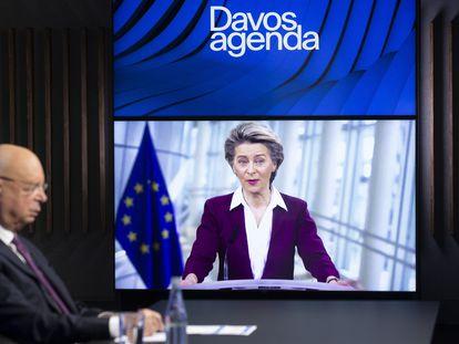 La presidenta de la Comisión Europea, Ursula von der Leyen, se dirige por videoconferencia al Foro de Davos con su fundador, Klaus Schwab, en primer término en la imagen.