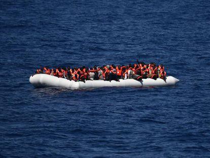 Inmigrantes en una barca en el Mediterráneo.