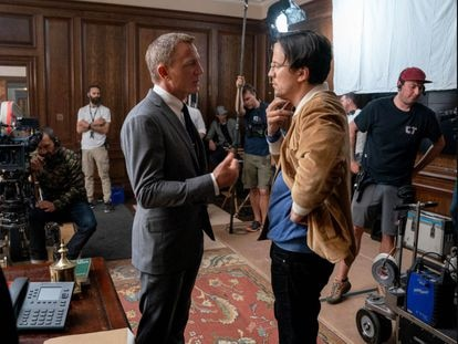 El actor Daniel Craig (izquierda) y el director Cary Fukunaga, en el rodaje de 'Sin tiempo para morir'