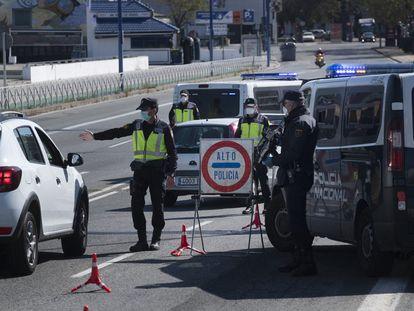 Control del Cuerpo Nacional de Policía en el acceso a Sevilla por el puente del Cristo de la Expiración, en abril de 2020.