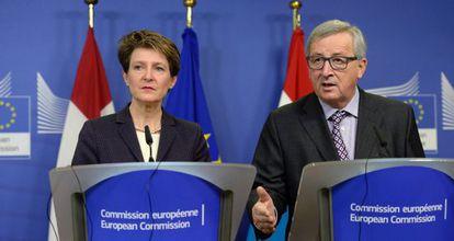 La presidenta de la confederación suiza, Simonetta Sommaruga, y el presidente de la Comisión, Jean-Claude Juncker.
