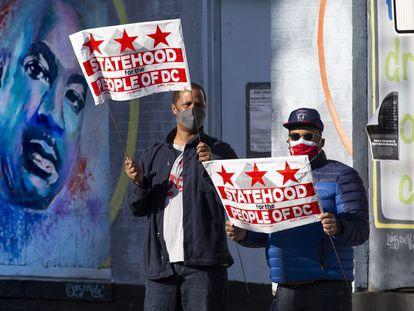 Defensores de que Washington DC se convierta en el Estado 51º de la Unión, delante de un mural de Martin Luther King.
